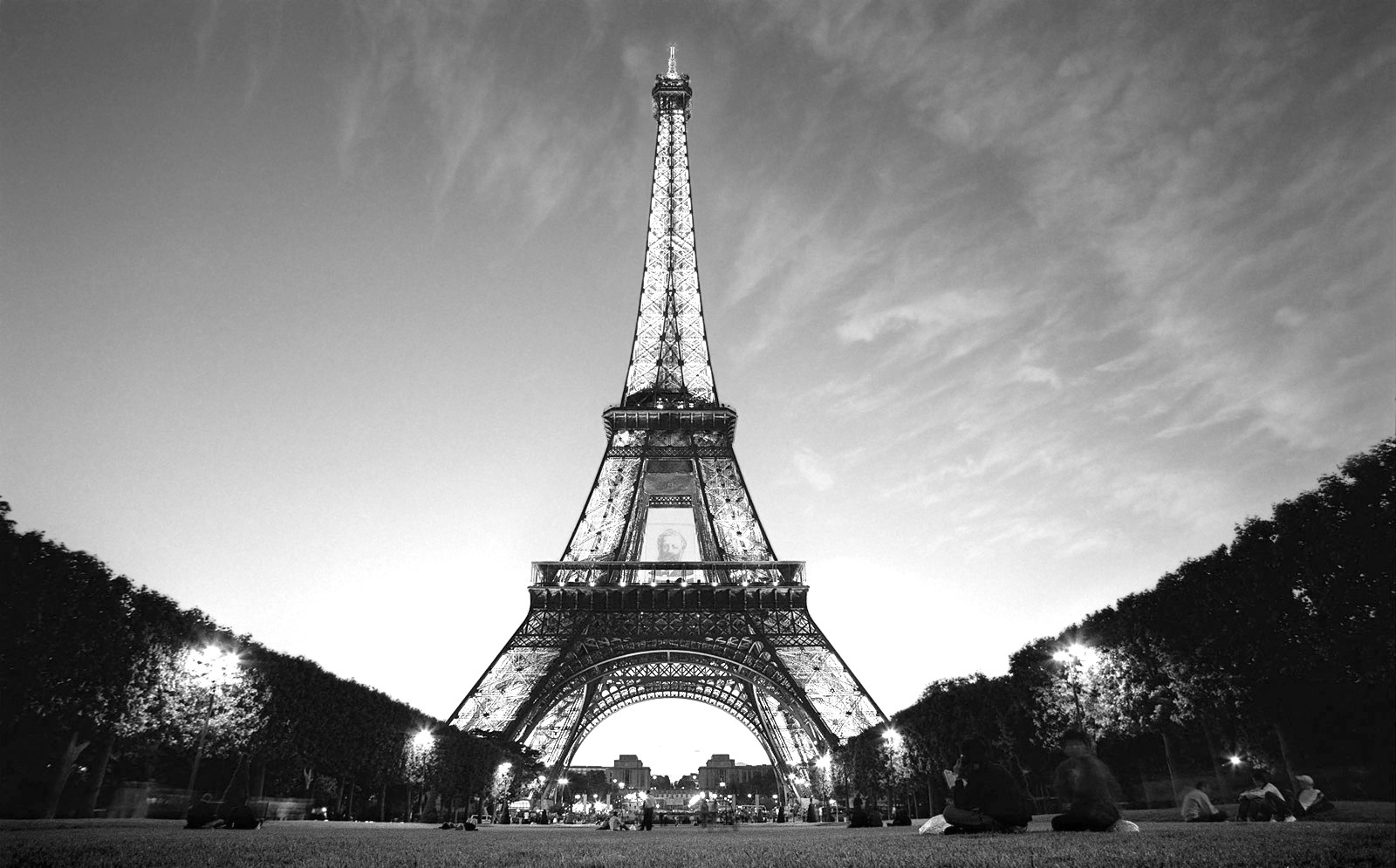 pictures of the eiffel tower in black and white